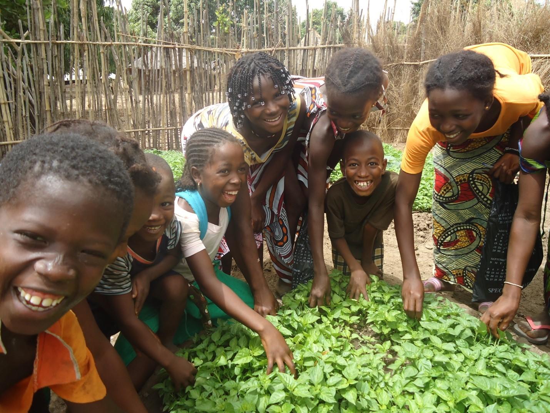Niños trabajan en un jardín de la escuela