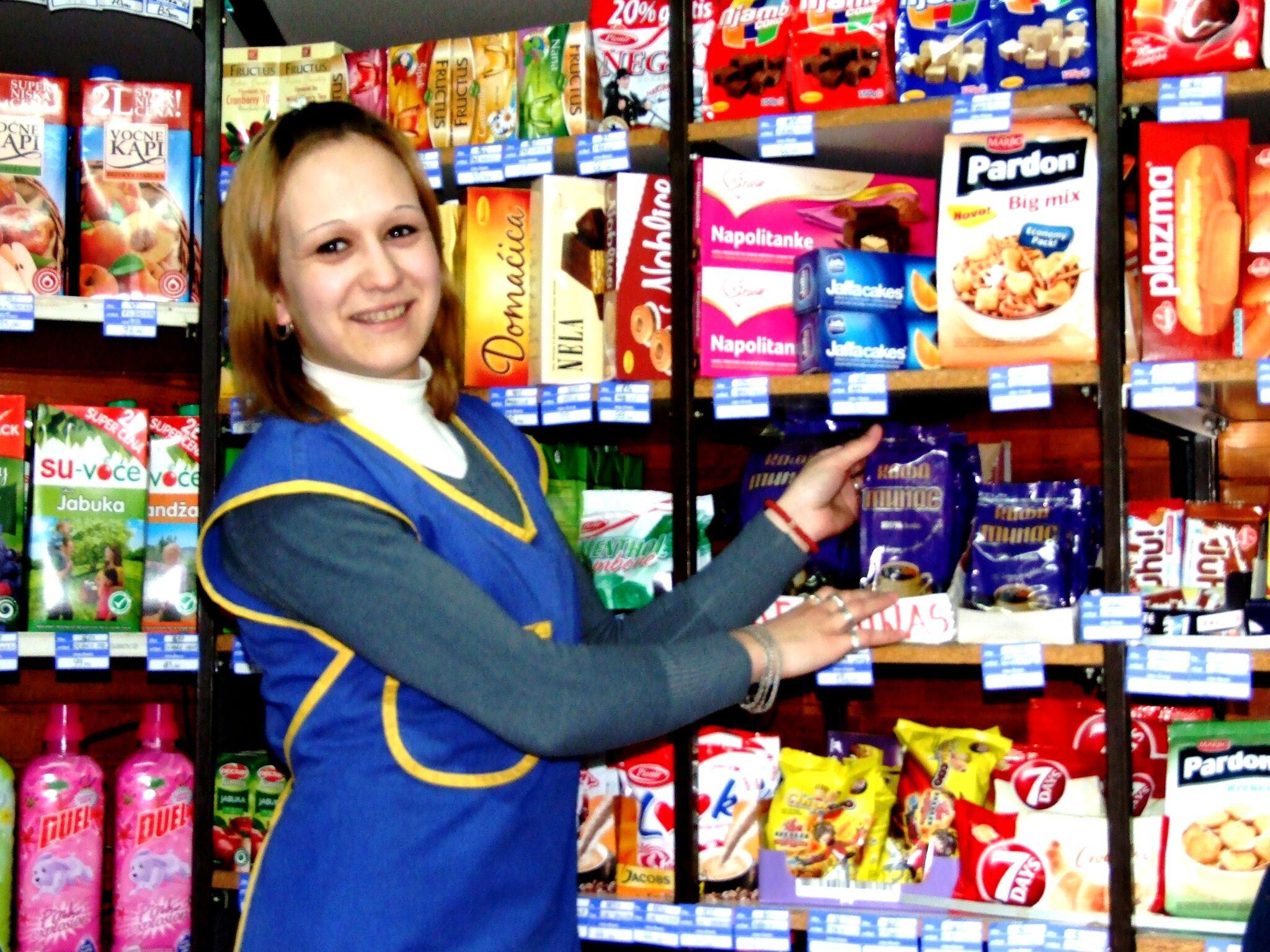 Dragana, un beneficiario del programa, ahora empleado en una tienda de conveniencia
