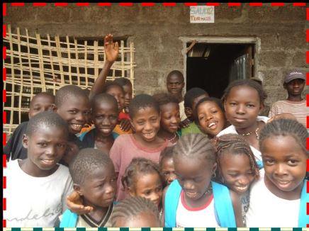 Estudiantes de la Escuela Dandum, en la región de Boé Gab, donde 195 estudiantes, 4 profesores y 19 miembros de la comunidad estuvieron involucrados en el jardín escolar local