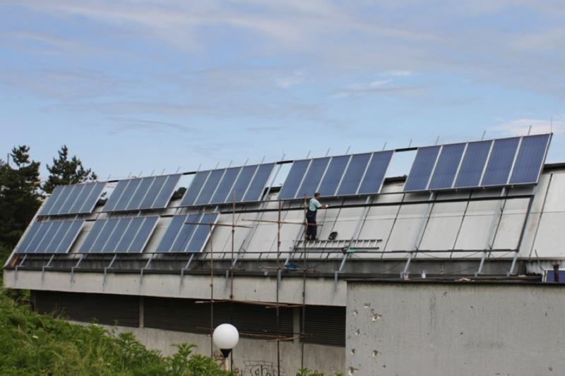 Instalación de placas solares en el Centro de Cultura y Deporte de Tuzla