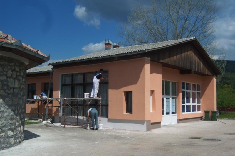 Instalación del aislamiento térmico y nuevas ventanas de ahorro de energía en la escuela primaria de Petrovac - Drinik