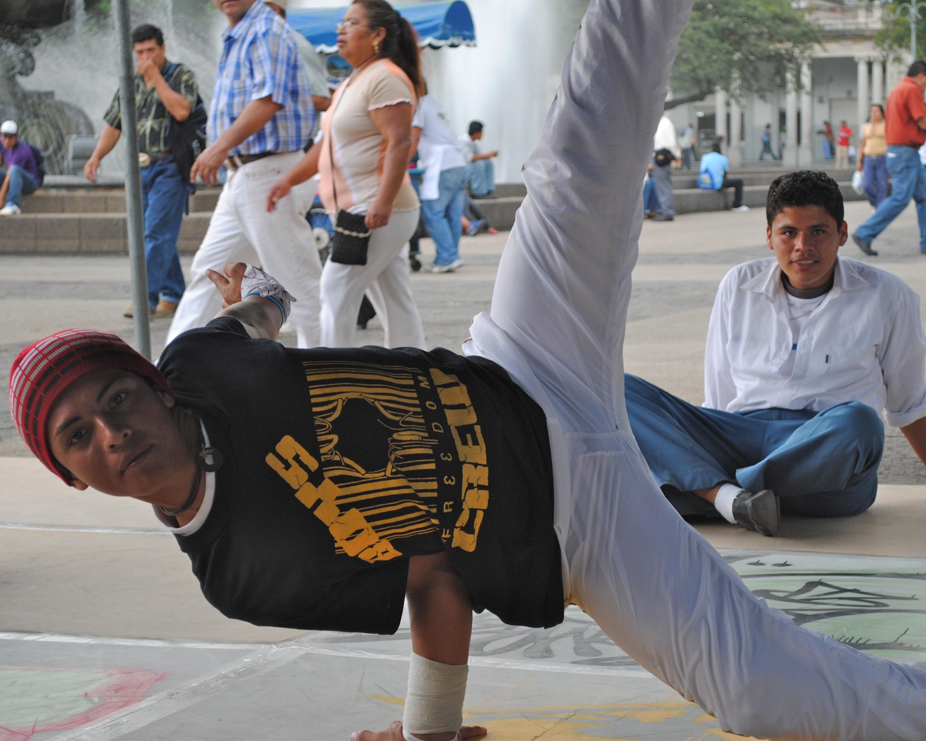 La población de Totonicapán es mayoritariamente indígena y presenta un nivel de analfabetismo del 81,5%