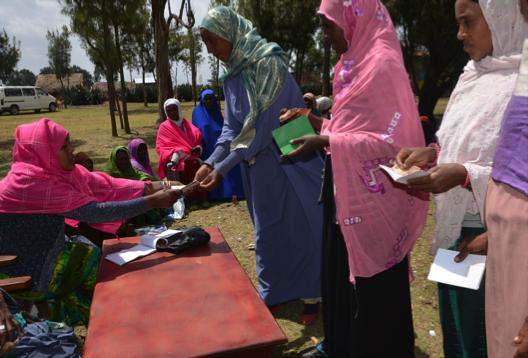 Mujeres rurales participan en una cooperativa local de ahorro y crédito rural (RUSACCO), donde reciben préstamos y aumentan sus ahorros para comenzar actividades generadoras de ingresos.