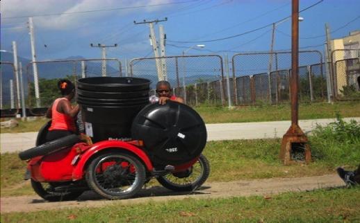 Delivery of water tanks to programme beneficiaries in the Abel Santamaría community (Santiago de Cuba)