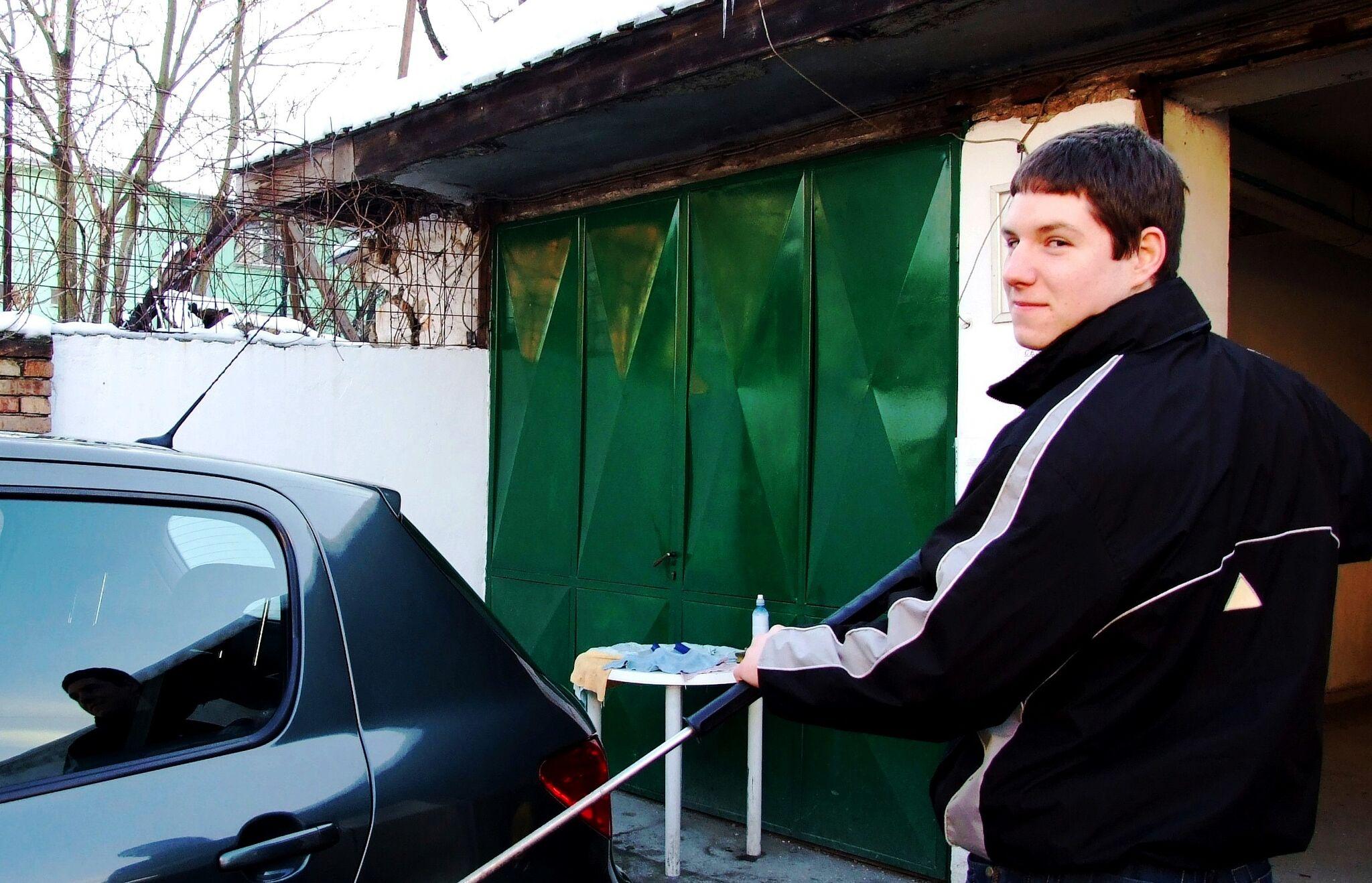 Aleksandar, un beneficiario del programa, ahora orgulloso propietario de una estación de lavado de autos