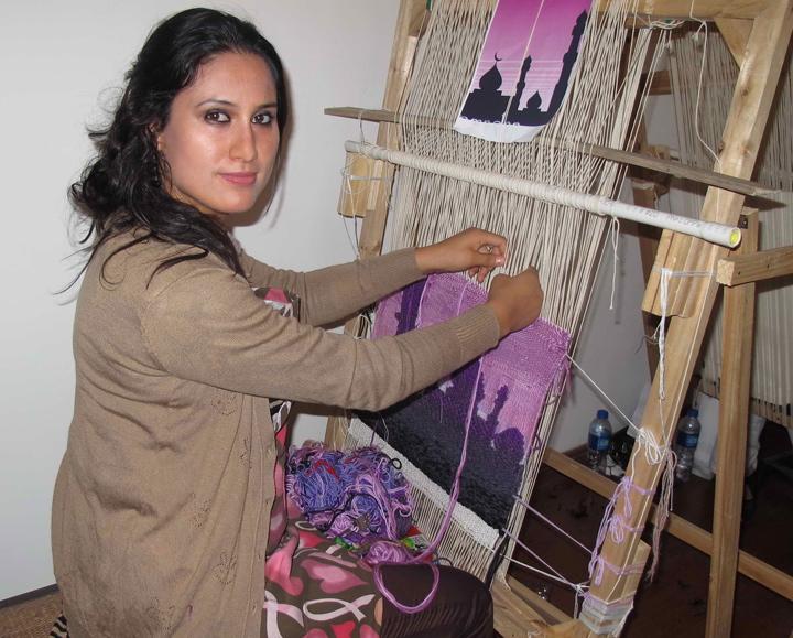 """Najet Salem, cuando aún era estudiante y comenzaba a trabajar con artesanos locales en la producción de alfombras, fue invitada a participar en un programa de capacitación para mejorar las habilidades empresariales entre los jóvenes tunecinos: """"Para mí, era muy importante recuperar el valor de estos productos locales y revivir los conocimientos que una vez prevalecieron en la región. Al estar mejor formada, podría hacerlo mejor"""""""