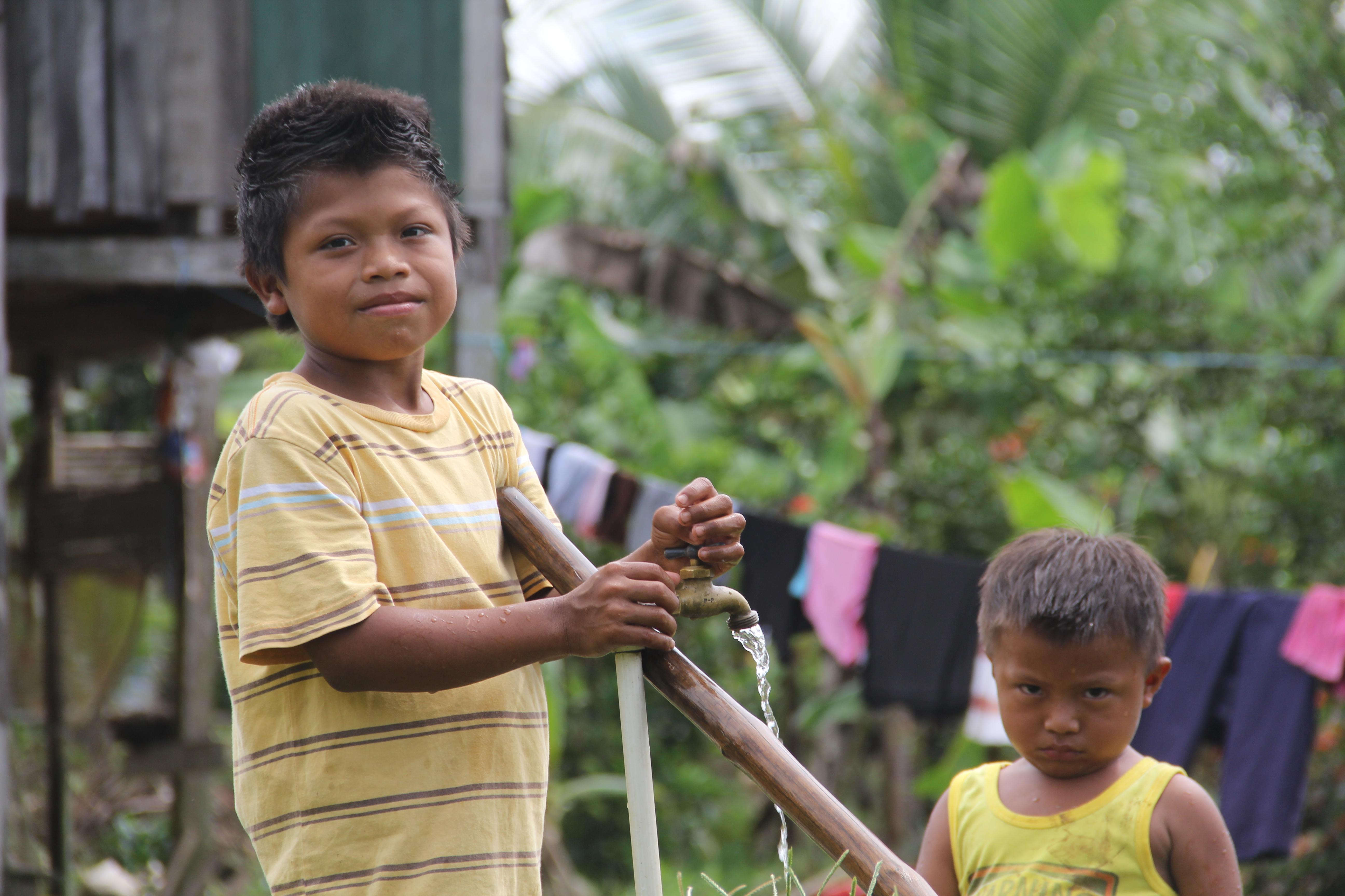 Los recursos hídricos seguros y asequibles para todos resultan cruciales para la erradicación de la pobreza y la protección de la salud