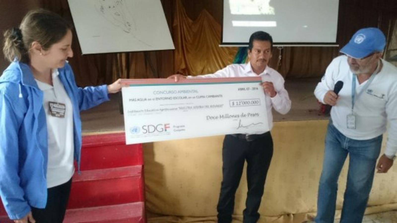 Representatives from I.E. rural Nuestra Señora del Rosario received the prize of the environmental contest 'More Water in the School Environment in a changing climate' / UNDP Colombia.